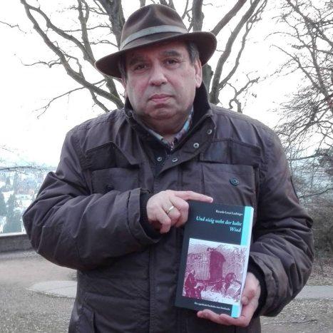 Ricardo Lenzi Laubinger mit seinem Buch (Quelle: @sintiautor)